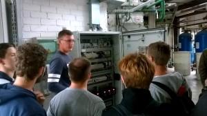 """JPVS ekskursija įmonėje UAB """"Kretingos šilumos tinklai"""". Dalyviams pristatoma mikrovaldiklių spinta."""