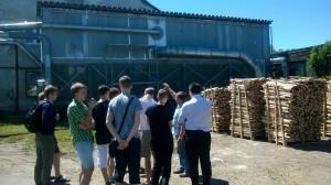 """JPVS ekskursija AB """"Akmena"""". Apžiūrima medienos atliekų deginimo sistema ir panaudojimas šilumos kūrimui."""