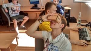 JPVS dalyvis išbando Google akinių 3D žaidimą, kuriame keliaujama po virtualias smegenis