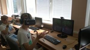Išmėginami Oculus Rift akiniai. virtualios realybės akiniai, leidžiantys persikelti į visai kitą pasaulį.