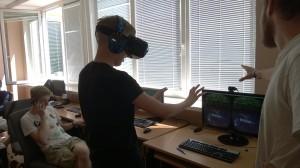 """""""Oculus Rift"""" pagalba JPVS dalyvis Simonas formuoja virtualų energijos kamuolį."""