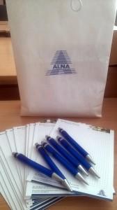 Kompanija UAB Alna Business Solutions, kurioje dirba JPVS lektorius Karolis Uosis, skyrė stovyklos dalyviams užrašinių ir tušinukų.