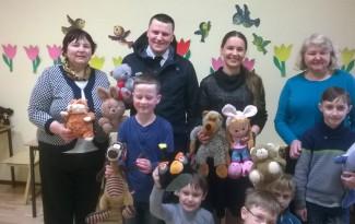 Palangos Vlado Jurgučio pagrindinės mokyklos moksleiviai džiaugiasi žaislais